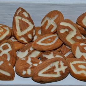 Emanuela Barbi Amara, 2012 - Piccoli amuleti commestibili , mandorle scolpite, mensola di balza. Progetto Pasta Madre: Magdalena Fest – Ex Aurum , Pescara