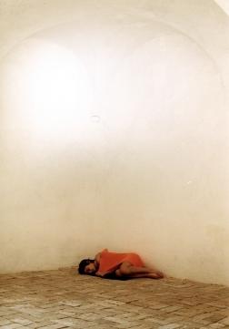 Emanuela Barbi, VIVERE, 2002 Pezze di lana a uncinetto, Museo Laboratorio (ex Manifattura tabacchi), Città Sant'Angelo (Pe) Stampe fotografiche cm 40x50 – collezione privata Ph: Massimo Giancristofaro
