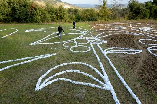 No Man's Land, alberi di noce e studenti - Loreto Aprutino (PE) - ph. Gino Di Paolo - www.fondazionearia.it