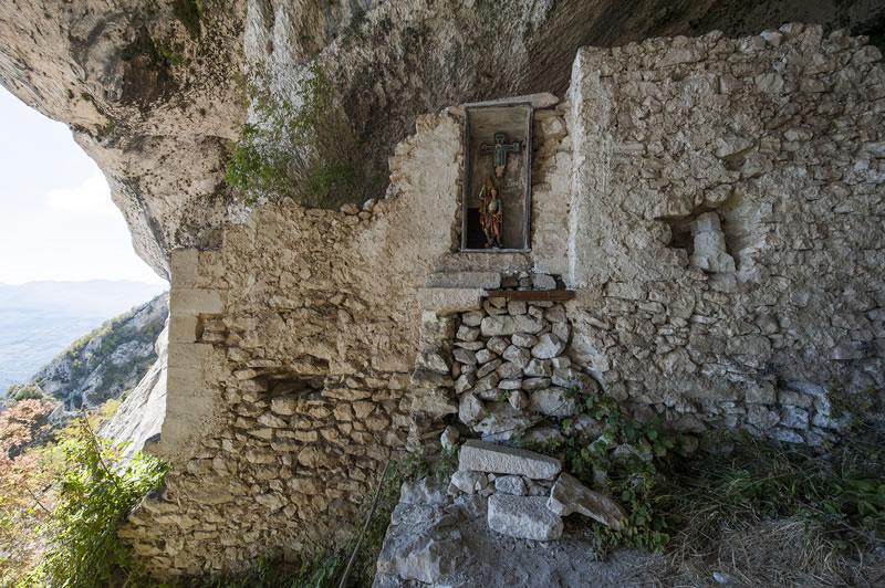 Grotta Sant'Angelo (LAMA DEI PELIGNI) Eremi e artisti - Invito_ EREMI Arte - Percorsi tra Arte Natura Spiritualità - www.accademiabellearti.laquila.it - www.accademiabellearti.laquila.it