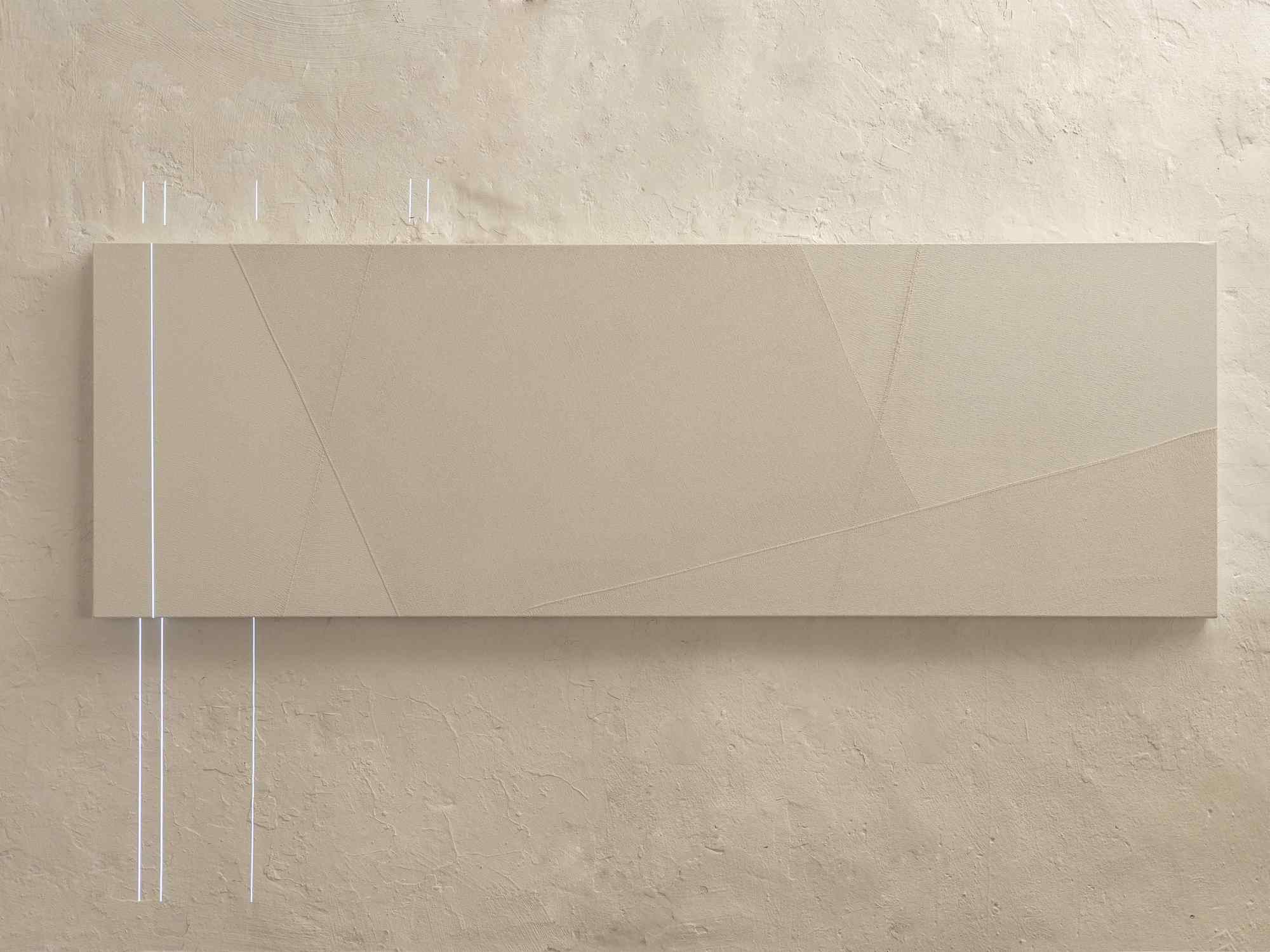 """Minus.log, Cure 02, 2016, scultura audio visiva, due elementi in legno e tempera bianca cm 100x50x25 cm ciascuno, un elemento in legno e tempera bianca cm 150x45x45, video 5':00"""" loop, proiettore, lampada lad, sound, dimensioni totali 170x181x166 cm, Courtesy Galleria Bianconi"""