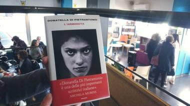 L'ARMINUTA DI DONATELLA DI PIETRANTONIO, SABATO 25 MARZO, EMPATIA BAR & LIBRI – TERAMO (presentazione) ph. Amalia Temperini