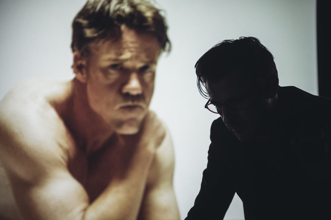 "Terry Notary e Claes Bang in ""The Square"" di Ruben Östlund, la settimana del biotopo. Pressbild - img taken form - https://www.metro.se/artikel/biotoppen-the-square-ny-etta-xt"