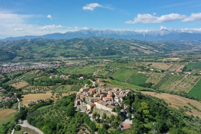 Veduta Castelbasso_drone, Teramo, Abruzzo - Comunicato Stampa