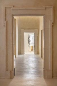 06 Palazzo Ardinghelli, allestimento Punto di equilibrio Sequenza di sale, in fondo: Monica Bonvicini, Bent and Fused, 2018 foto Agostino Osio – AltoPiano, courtesy Fondazione MAXXI